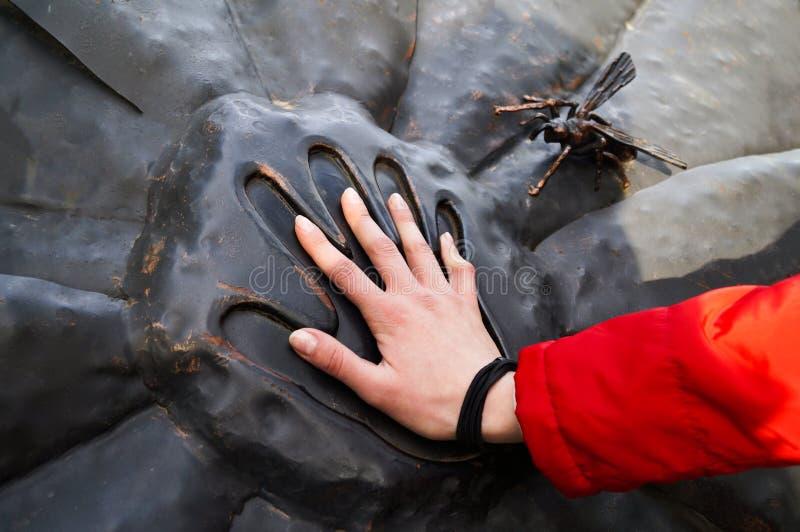 Handprint в камне и рука в ей стоковое изображение rf