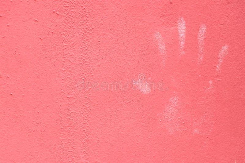 Handprint blanco en el concepto rosado del fondo de la textura de la pared del color para la seguridad, authorizatio imagen de archivo