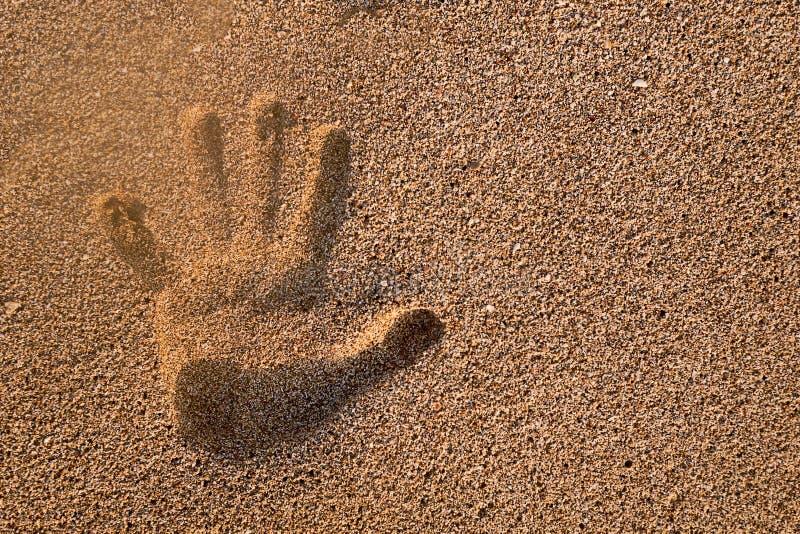 Handprint dans le sable photographie stock