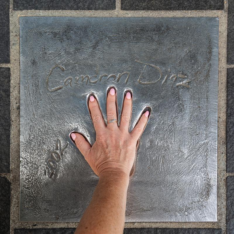 Handprint de Cameron Diaz fijó en 2002 durante la película Fes de Cannes imagenes de archivo