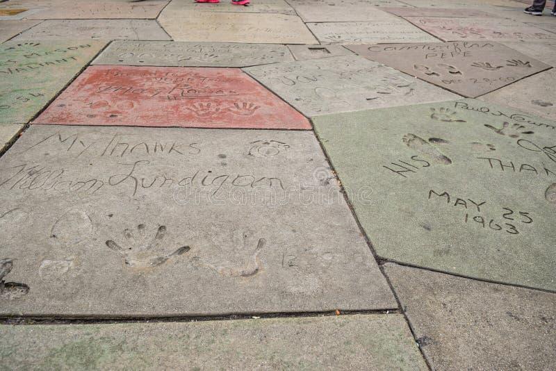 Handprint en het Chinese Theater van SignatureTCL zijn een bioskoop op de Hollywood-Gang van Bekendheid in Los Angeles stock foto's