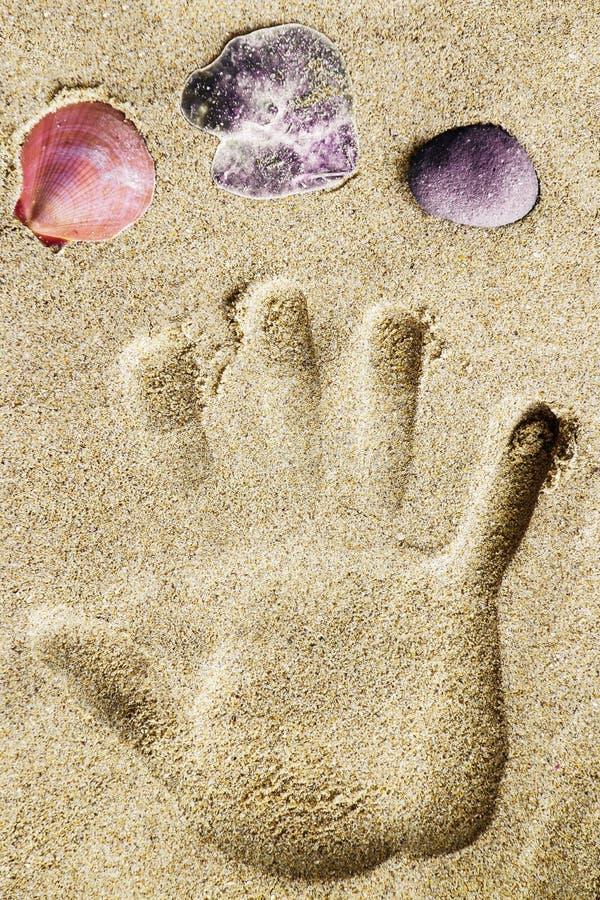Handprint en la playa de la arena foto de archivo libre de regalías