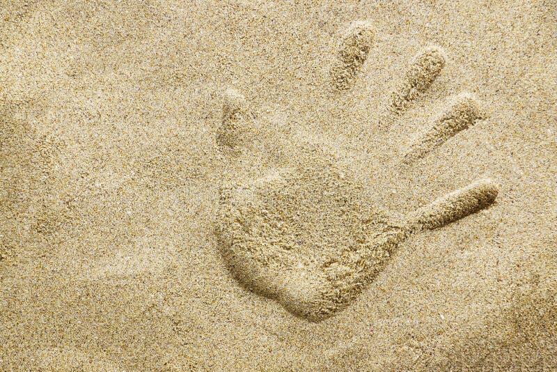 Handprint en la playa de la arena imagen de archivo libre de regalías
