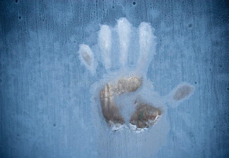 Handprint en una ventana congelada foto de archivo libre de regalías