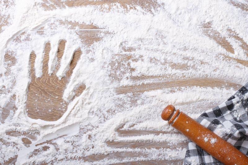 Handprint op de bloem en de deegrol, een keukenhanddoek stock fotografie