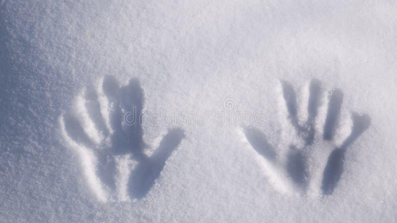 Handprint på snö Avtryckhänder på snö arkivbild