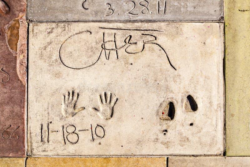 Handprints av Cher i den Hollywood boulevarden i betongen av chien arkivbilder