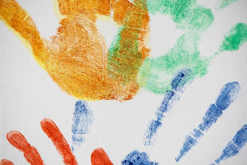 Handprints coloré de diverses tailles sur la toile photographie stock libre de droits