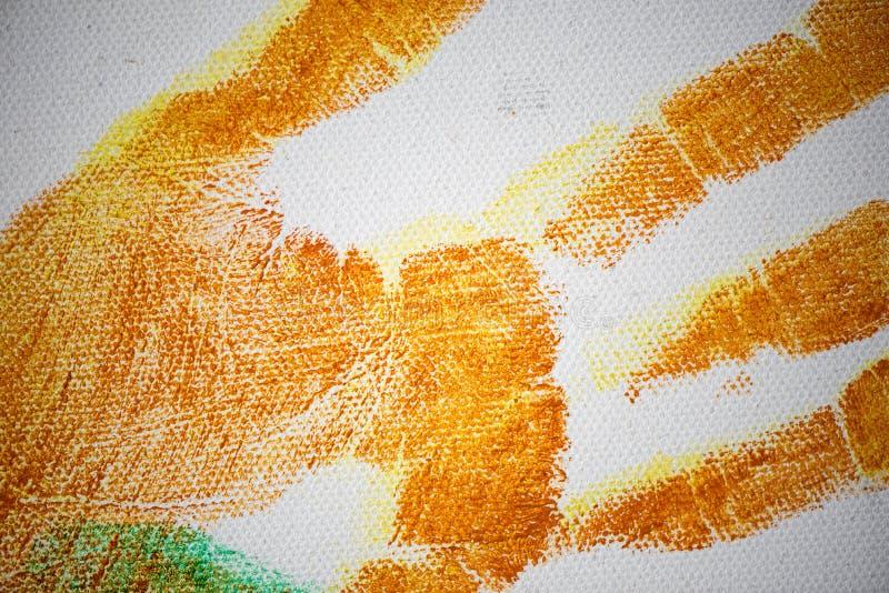 Handprints coloré de diverses tailles sur la toile image libre de droits