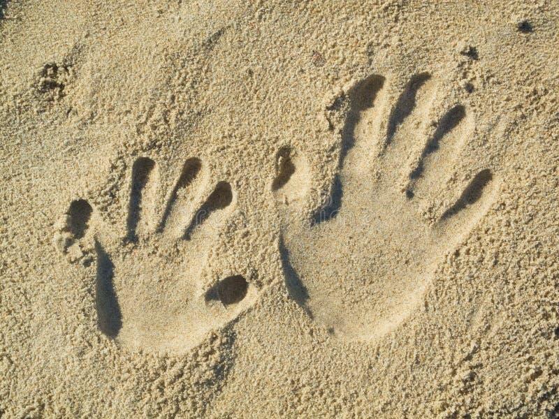 Handprints dans le sable photographie stock libre de droits