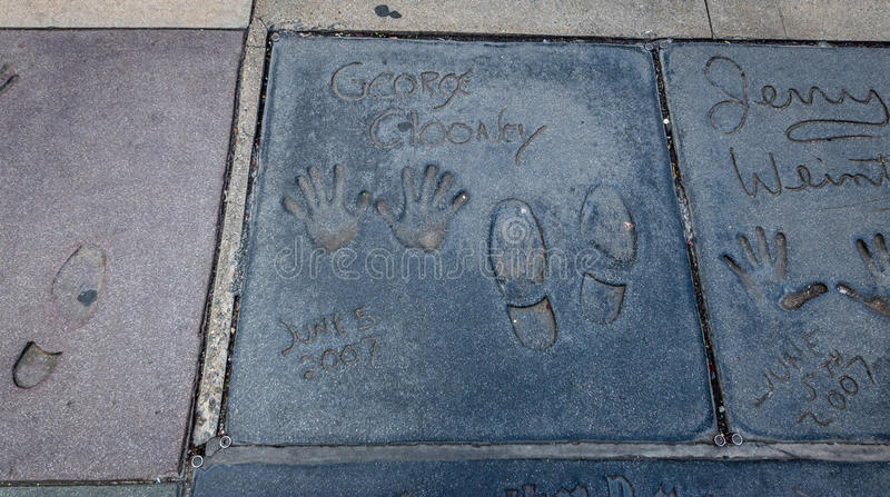 Handprints de George Clooney dans Hollywood Boulevard devant le théâtre chinois - Los Angeles la Californie, Etats-Unis images libres de droits