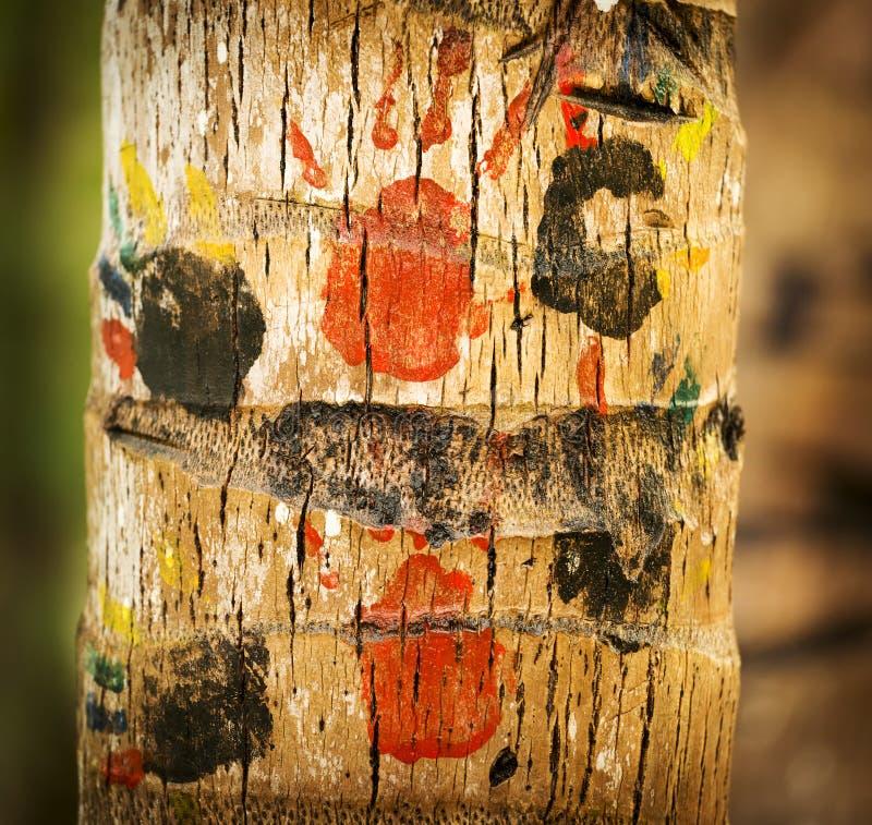 Handprints de los niños en tronco de árbol imagen de archivo