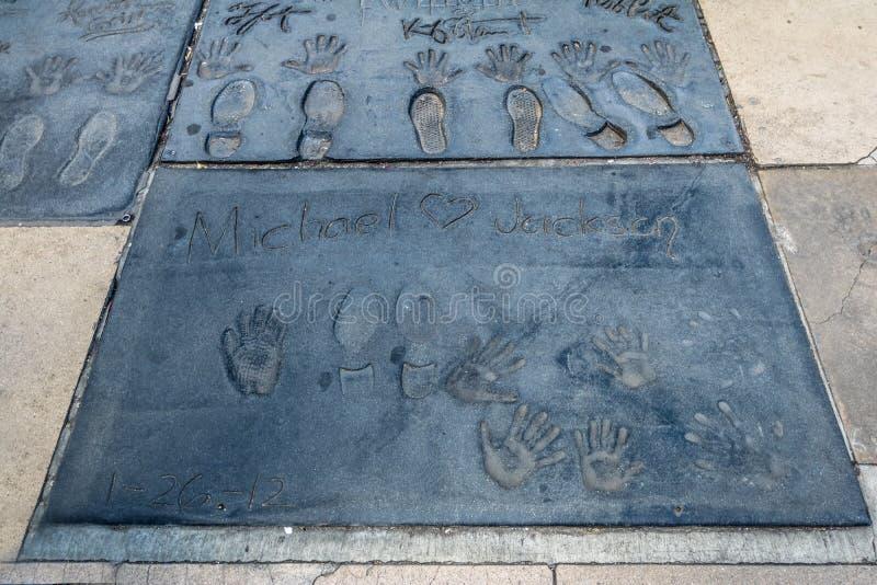 Handprints de Michael Jackson no bulevar de Hollywood na frente do teatro chinês - Los Angeles Califórnia, EUA imagens de stock