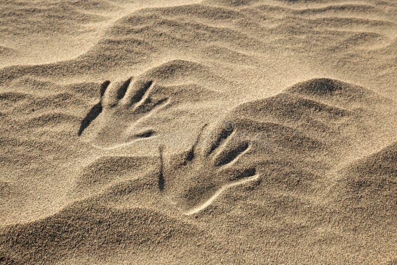 Handprints nella sabbia immagini stock libere da diritti
