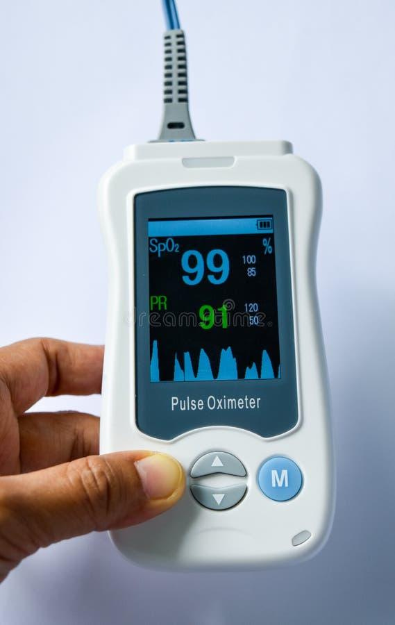 Handpulsoximeter, medizinisches Gerät benutzt, um Blutsauerstoff bei den Patienten im Krankenhaus zu überwachen lizenzfreies stockbild