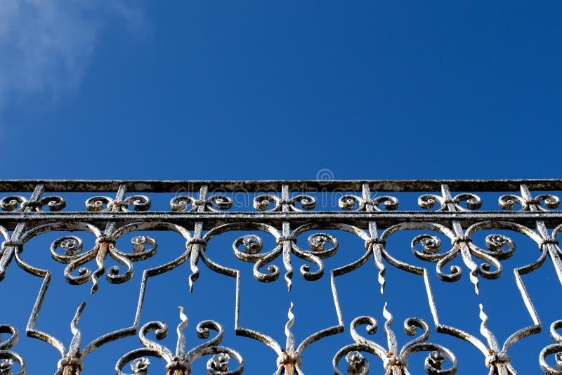 Handrail mot blåttskyen royaltyfri bild