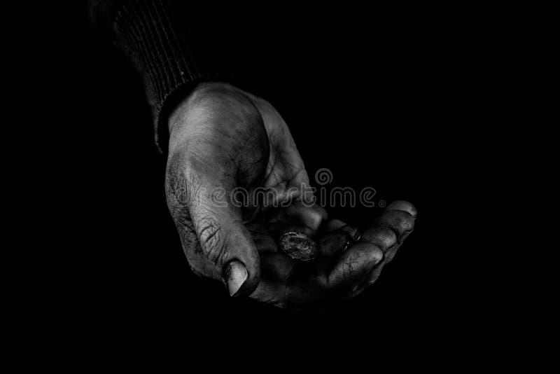 Handreichungskonzept, Palmen des alten Mannes Handherauf das Halten von Geldmünzen, benötigt die Sorgfalt und Unterstützung und h lizenzfreies stockfoto