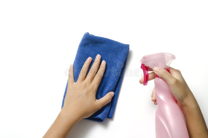 Handreinigung mit Sprühflasche und blauem Lappen lizenzfreies stockbild