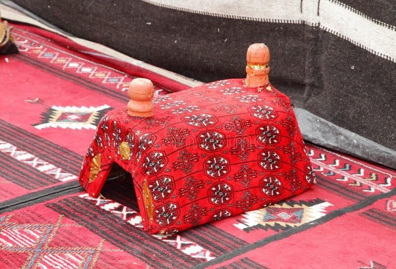 Handrest ha utilizzato in majlis, una disposizione araba della disposizione dei posti a sedere di stile immagini stock libere da diritti