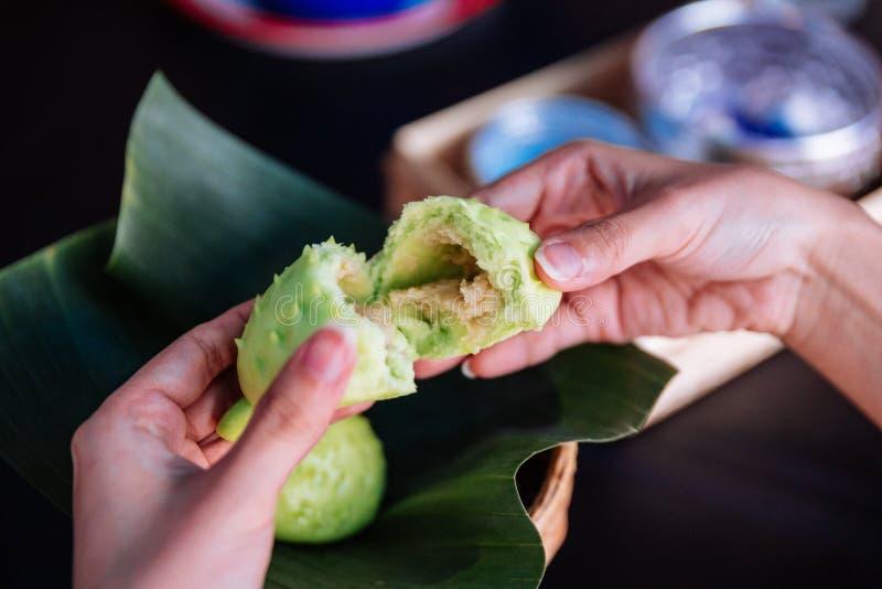 Handriß Durianbrötchen zeigen Duriansoßenmaterial nach innen lizenzfreie stockbilder