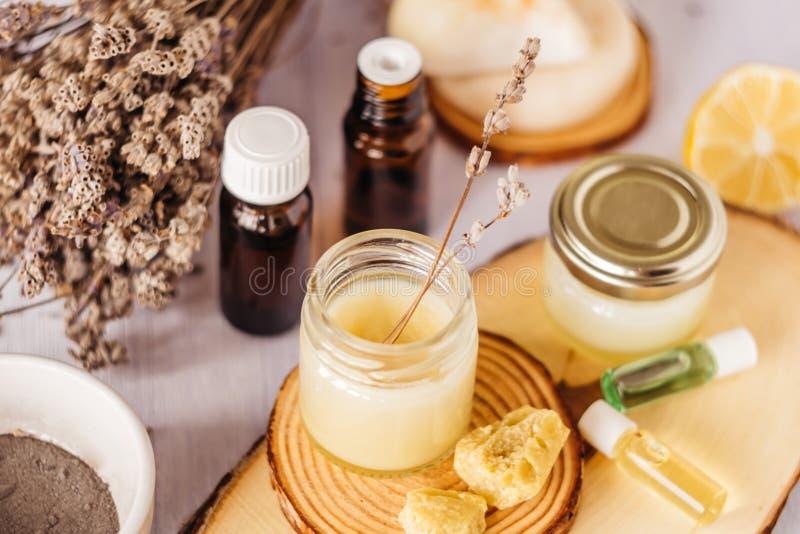 Handroom en lippenpommade in een glaskruik Natuurlijke organische schoonheidsmiddelen met honing, was en oliën royalty-vrije stock afbeelding