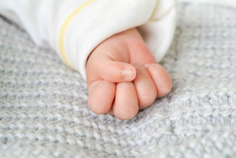 hands älskvärt Och det nyfött behandla som ett barn arkivbild