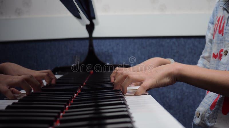 hands att leka för piano royaltyfri foto