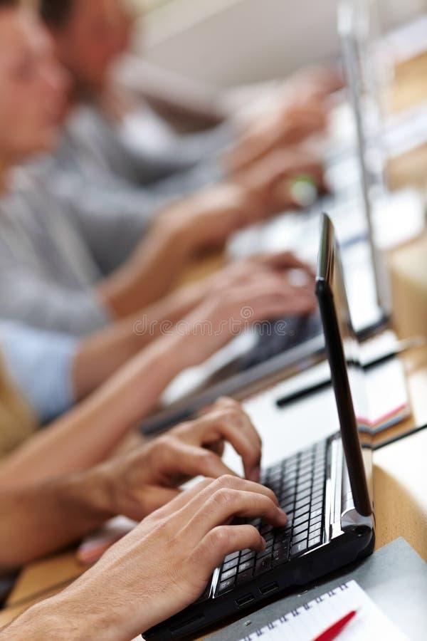 hands bärbar dator många arkivbilder