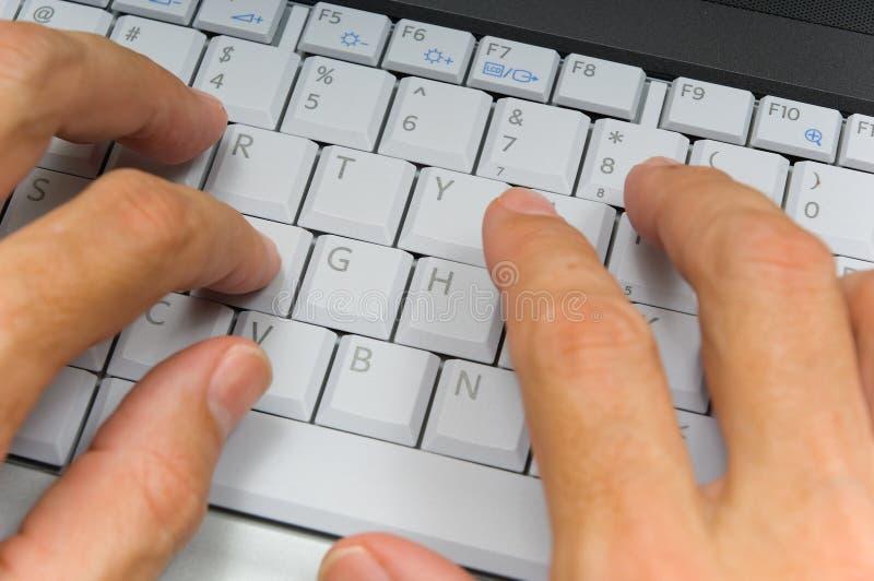 hands bärbar datorskrivande royaltyfria foton