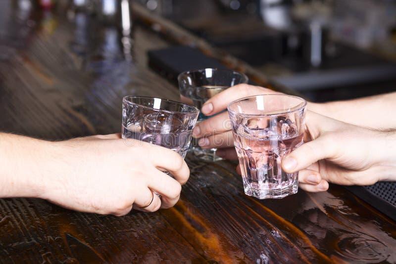 Hands gör jubel med exponeringsglas arkivbild