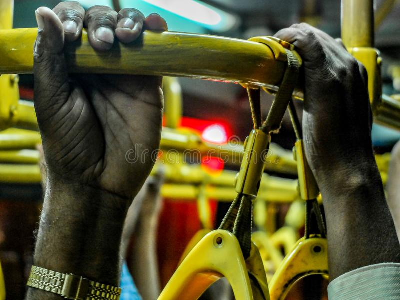 Hands grasping handrail op overvolle Indiase bus, Mysuru, Karnataka, India royalty-vrije stock afbeelding