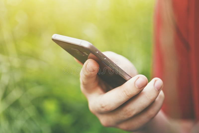 Hands mit Touchscreen für Smartphones stockfoto