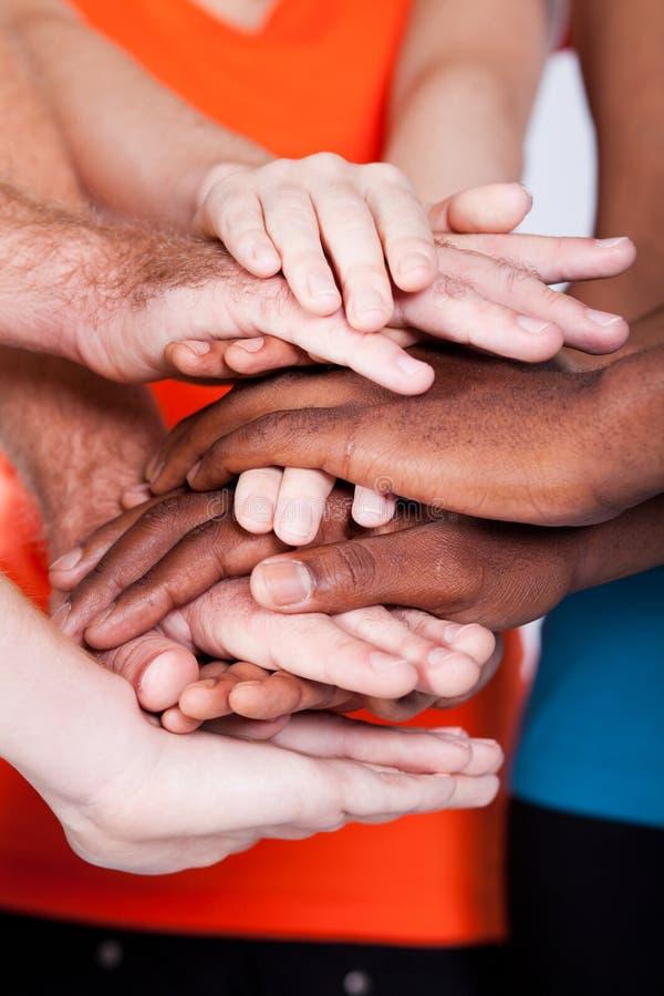 hands multiracial tillsammans arkivfoton