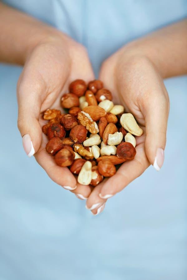 hands muttrar Kvinnan räcker hållande sund mat arkivfoto