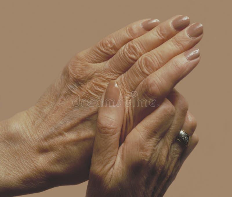 hands s-pensionärkvinnan fotografering för bildbyråer