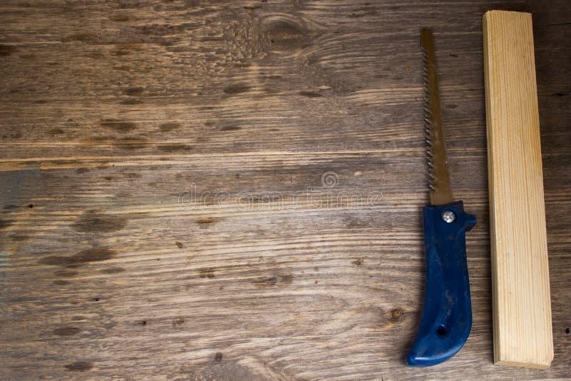 Handsaw sobre un fondo de los tableros de madera fotos de archivo libres de regalías