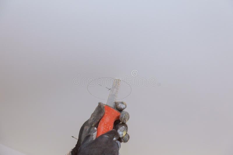 Handsaw tnąca kółkowa dziura w suficie fotografia royalty free