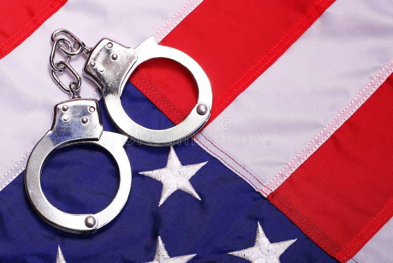 Handschellen und amerikanische Flagge stockfoto