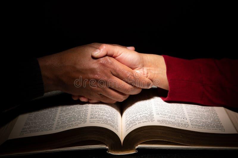 Handschok over de Bijbel die Godsdienstig Begrip signaleren royalty-vrije stock afbeelding
