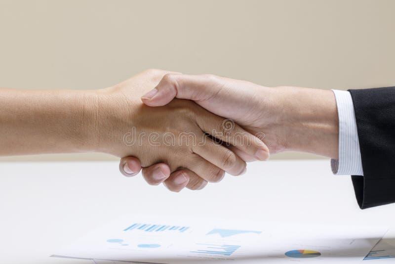Handschok tussen zaken twee stock foto's