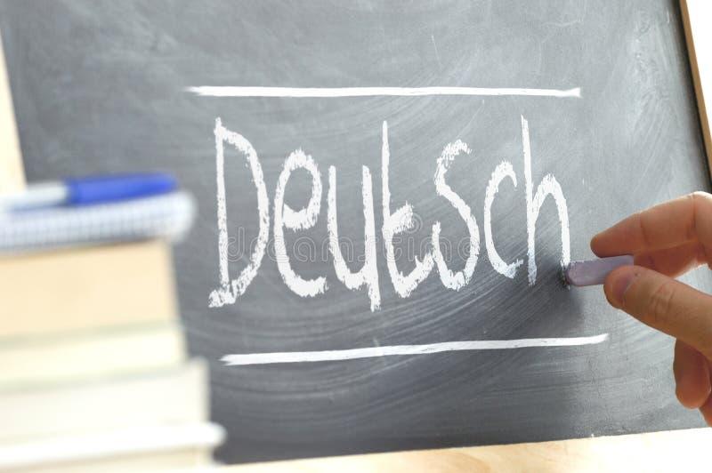 Handschrift auf einer Tafel in einem Sprachunterricht mit dem Wort u. dem x22; German& x22; geschrieben auf es lizenzfreie stockbilder