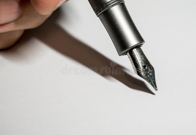 Handschrift das dunkle Silber oder der graue Füllfederhalter mit Silberni lizenzfreies stockfoto