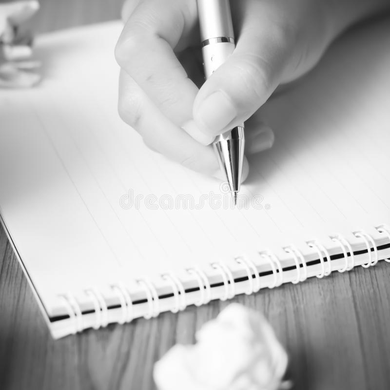 Handschrift mit Stift auf Notizbuchschwarzweiss-Farbtonschweinestall lizenzfreies stockfoto