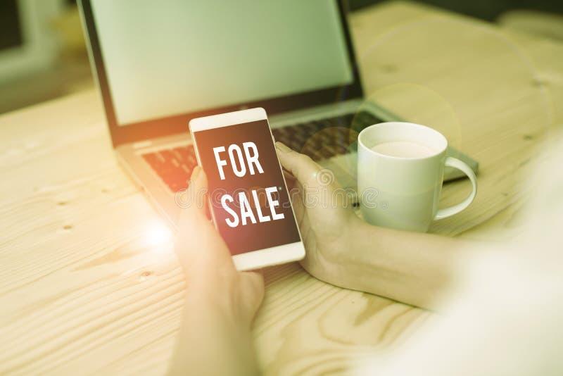 Handschriftafschriften voor verkoop Concept betekent dat een huisvoertuig beschikbaar wordt gesteld voor de aankoop door een ande royalty-vrije stock foto's