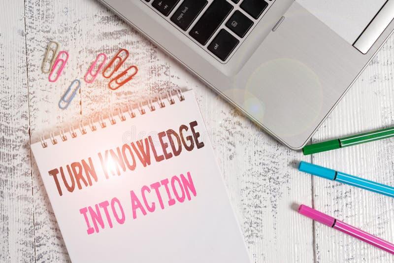 Handschriftentext: Wissen in Aktion umwandeln Konzeption bedeutet Wenden Sie das, was Sie gelernt haben Leadership-Strategien Sli stockfoto