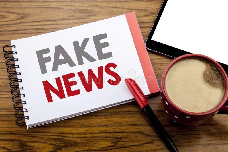 Handschrifts-Mitteilungstext, der gefälschte Nachrichten zeigt Geschäftskonzept für den Hokuspokus-Journalismus geschrieben auf N lizenzfreie stockfotos