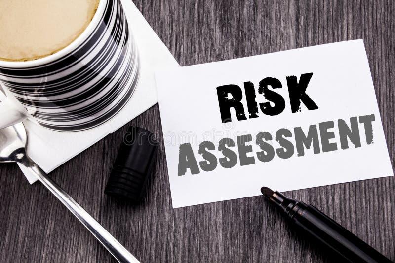 Handschrifts-Mitteilungstext, der Risikobeurteilung zeigt Geschäftskonzept für Sicherheits-Gefahr Analyze an geschrieben auf kleb lizenzfreies stockfoto