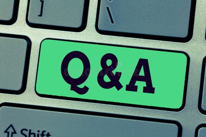 Handschriftstext, der Q und A schreibt Konzeptbedeutungsperson oder Gruppenleute stellen Fragen und andere eine beantworten sie lizenzfreie abbildung