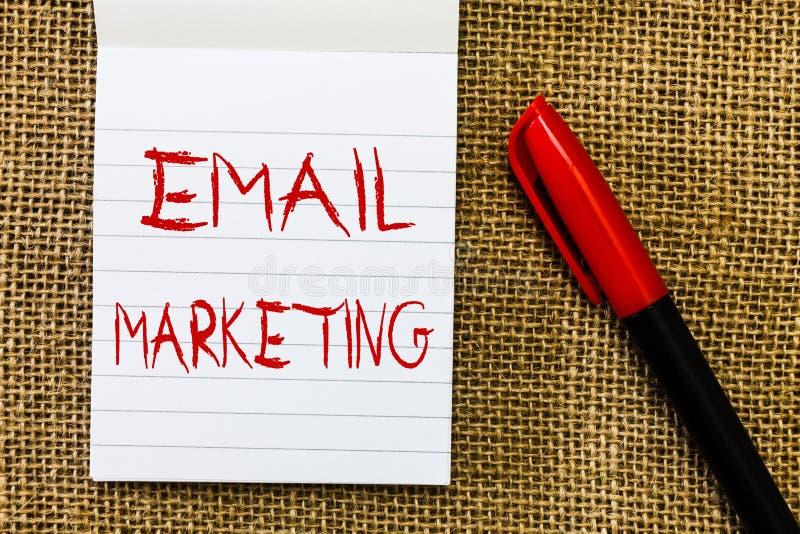 Handschriftstext E-Mail-Marketing Konzeptbedeutung, die einer Gruppe von Personen eine Werbemitteilung verwendet Post schickt lizenzfreie stockfotografie