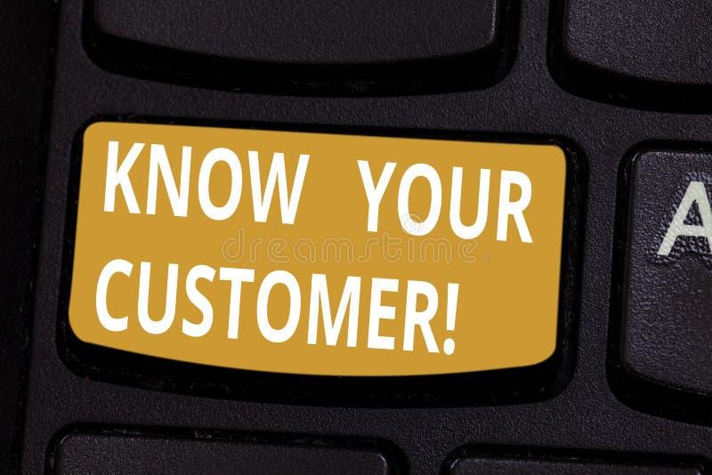 Handschriftstext kennen Ihren Kunden Konzeptbedeutung, die Identitätskunden überprüft und Tastatur der potenziellen Risiken fests lizenzfreie abbildung